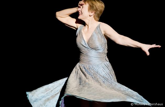 Dagmar Manzel singt  und spielt