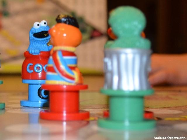 Ernie und Bert spielen Mensch ärgere Dich nicht