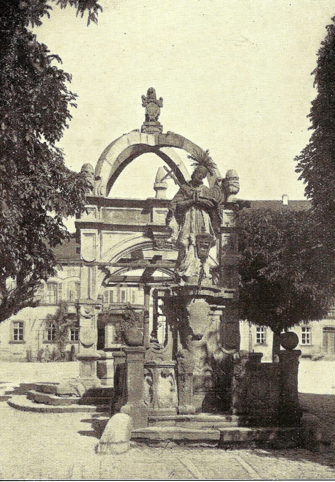 St. Nepomuk vor dem Brunnen auf dem Marktplatz (vor 1925)