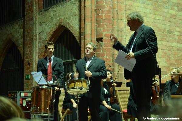 Howard Griffiths fordert das Publimkum beim Choriner Musiksommer 2012 zum richtigen Mitklatschen auf.