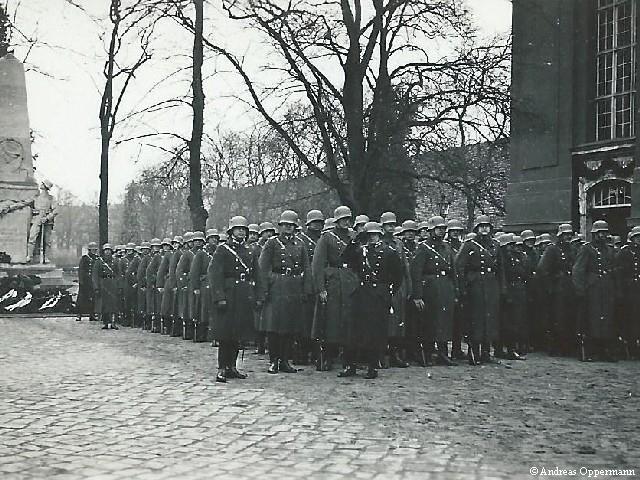 Preußische Polizei am Tag von Potsdam vor der Garnisionkirche