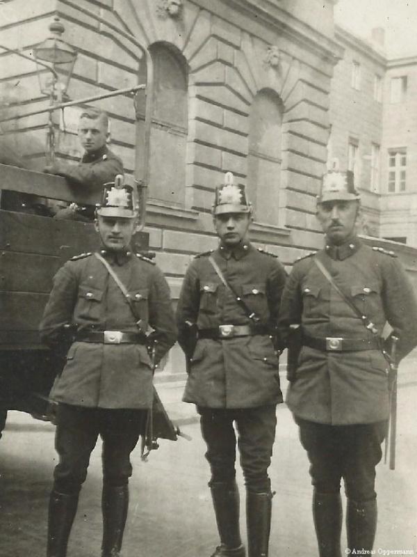 Ernst Oppermann mit anderen Polizisten (auf dem Laster)