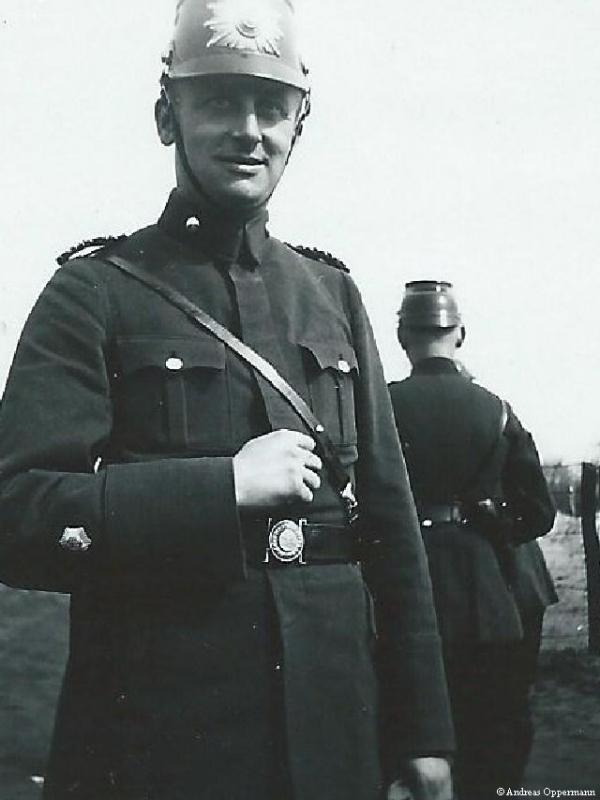 Ernst Oppermann während einer Durchsuchung im April 1933