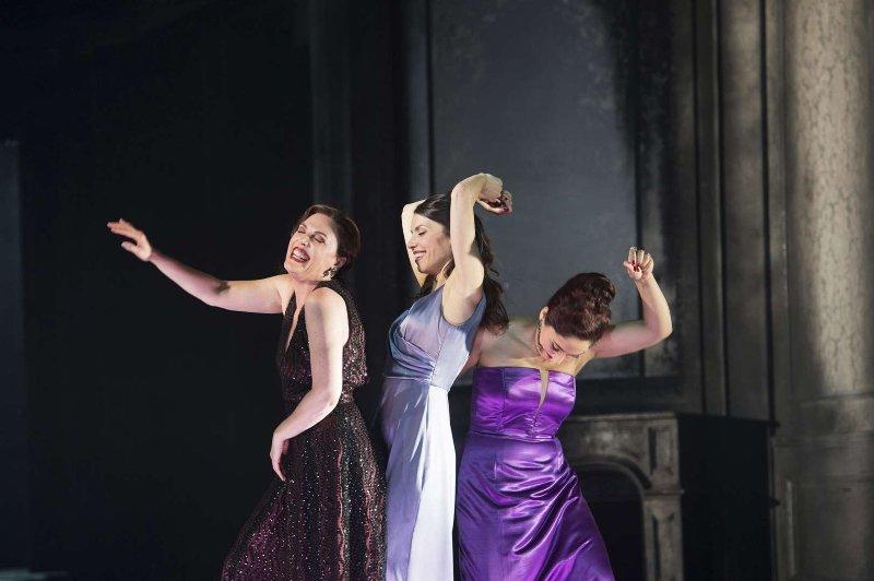 Semele (Nicole Chevalier), Ino (Katarina Bradić) und Juno (Ezgi Kutlu) bei der Täuschungsszene (Foto: Monika Ritterhaus)