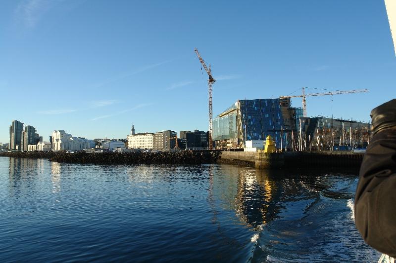 Die Konzerthalle Reykjaviks vom Wasser aus.