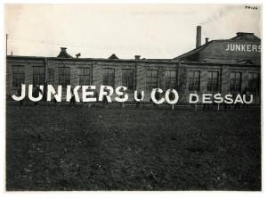 Lehrlinge vor dem Junkers-Werk in Dessau. Foto: Steidl-Verlag