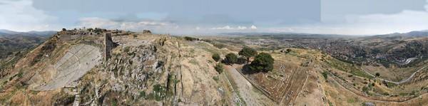 Ein Panoramafoto der Ausgrabungsstelle von Pergamon im heutigen Bergama. Foto: Asisi
