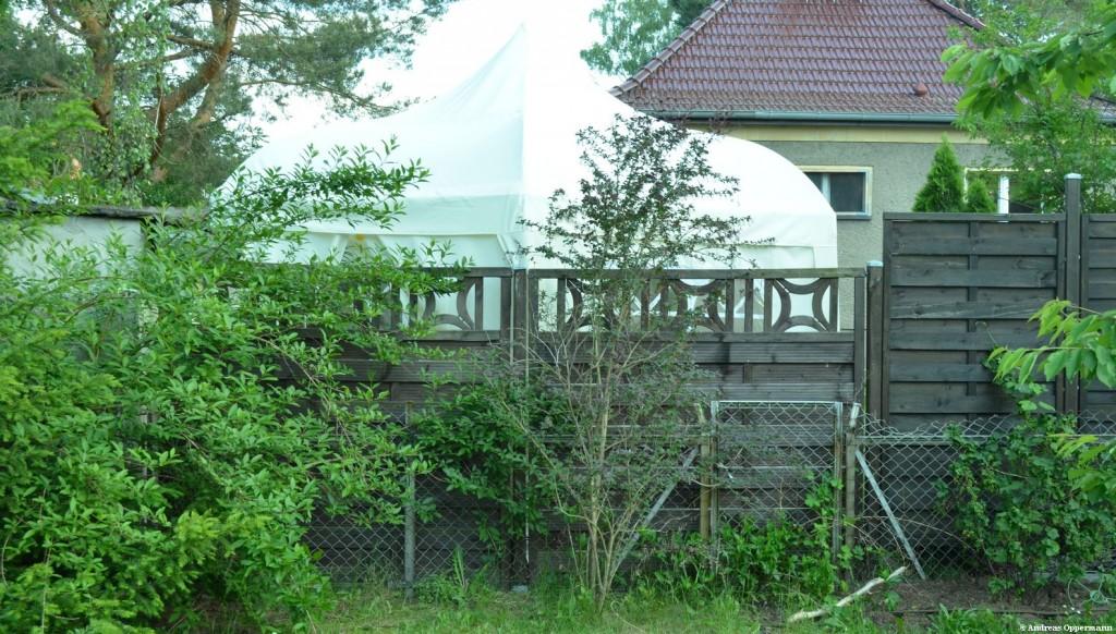 Der Zaun des Nachbarn, eine Mischung aus Festungswall und Garten-Center-Ästethik.