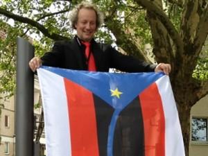 Michael Kurzwelly mit der Fahne von Nowa Amerika