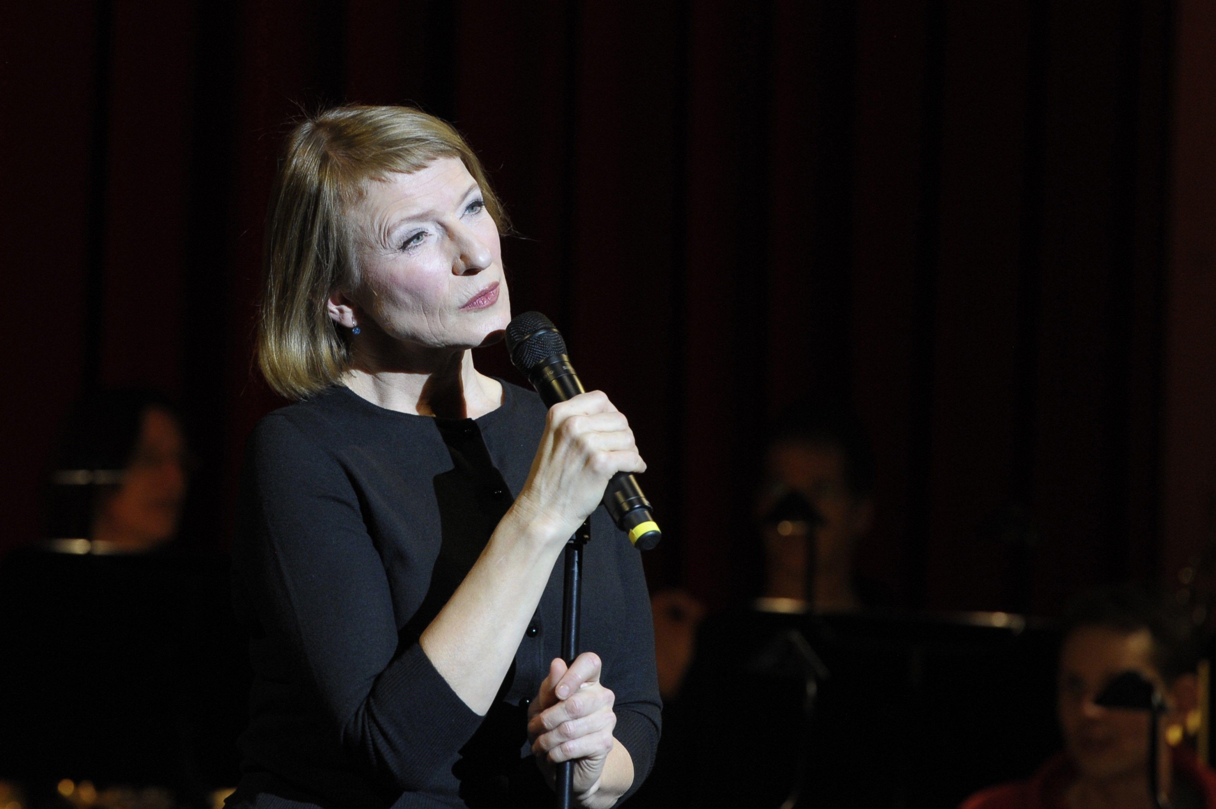 Dagmar Manzel bei ihrem Friedrich Hollaender-Programm; Foto: Brigitte Heinrich/Komische Oper Berlin
