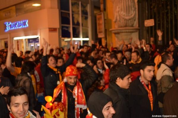 Fans sammeln sich zum Spiel Galataseray Istanbul gegen Siva Spor in der Türk Telekom Arena
