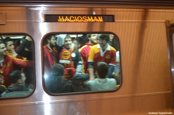Fans in der Metro auf dem Weg zum Spiel Galataseray Istanbul gegen Siva Spor in der Türk Telekom Arena