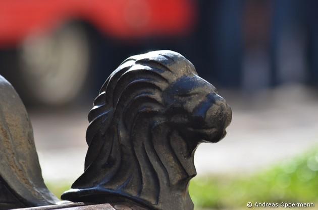 Löwenkopf als Knauf einer Parkbank